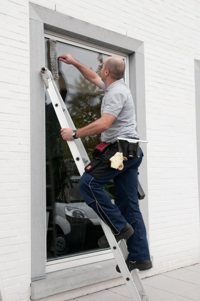 hdcleaning services - man veegt ramen af en staat op ladder