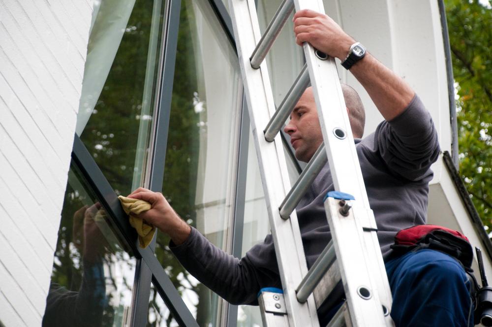 hdcleaning services - man veegt raam af